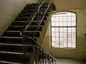 Wann ist ein Sturz im Treppenhaus (k)ein Arbeitsunfall?