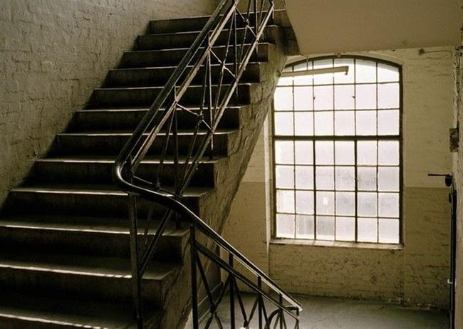 wann ist ein sturz im treppenhaus k ein arbeitsunfall. Black Bedroom Furniture Sets. Home Design Ideas