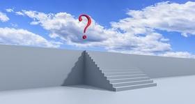 Treppe ins Nirgendwo mit Fragezeichen