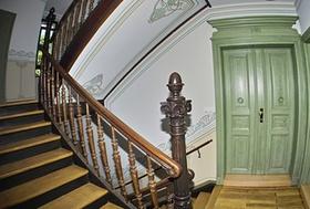 Tür in einem Treppenhaus