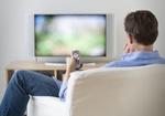 TV Mann Fernsehen Fernbedienung Sessel