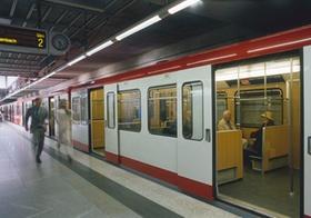 U-Bahn-Station, Paar rennt zum Zug