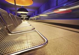 U-Bahnhof, Wartesitze, fahrender Zug