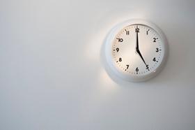 Uhr zeigt 5 Uhr an
