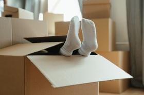 Umzug Umzugskarton Füße neue Wohnung