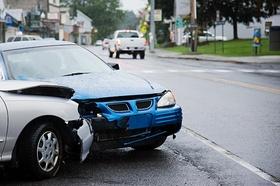 Unfall mit einem blauen und einem silbernen Auto seitlich frontal gegeneinander