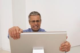 Unglücklicher Mann vor Computerbildschirm