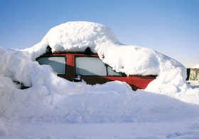 Unter Schnee begrabenes Auto