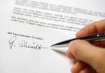Unterschreiben eines Briefes