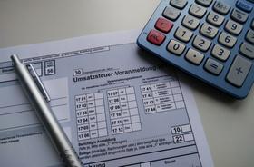 USt-Voranmeldung, Umsatzsteuer-Voranmeldung, Rechner, Stift