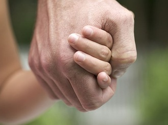 Vater mit Kind an der Hand