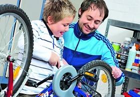 Vater und Sohn reparieren gemeinsam ein Fahrrad
