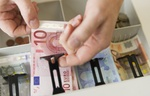 Verkäufer legt Geld in Kasse