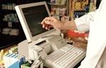 Verkäufer tippt etwas auf elektronischer Kasse am Bildschirm ein