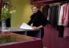 Verkäuferin in Damenboutique