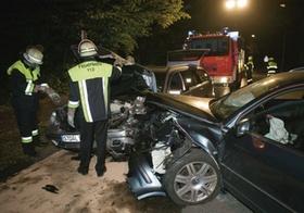 Verkehrsunfall, nachts, Feuerwehr im Einsatz