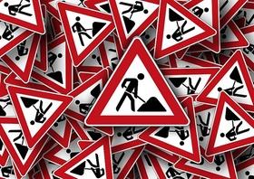 Verkehrszeichen Baustelle Haufen