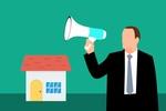 Versteigerung Zwangsversteigerung Haus Immobilie Mann Megafon