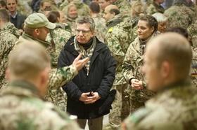 Verteidigungsminister Thomas de Maiziere (CDU) spricht, am Mittwoch (21.12.2011) im Feldlager der Bu