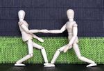 Vertrag_2 Gliederpuppen geben sich die Hand