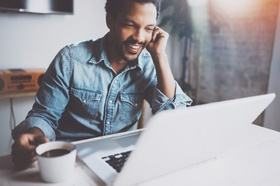 Mann Gespräch über Laptop mit Kaffee Tasse
