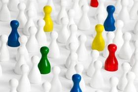 viele weiße Spielfiguren, einige farbige