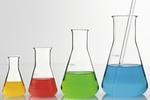Vier Glaskolben mit farbigen Fluessigkeiten