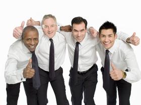 Vier Männer haben Daumen hoch