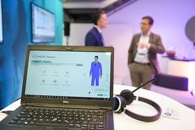 Virtuelles Meeting Laptop Männer im Hintergrund