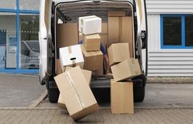 Voll beladener Umzugswagen aus dem Kartons fallen