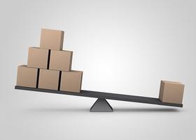 Waage mit Klötzen Ungleichgewicht