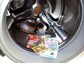 Waschmaschine mit Geldscheinen