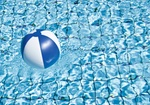 Wasserball schwimmt in Pool