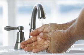 Wasserhahn mit Händen
