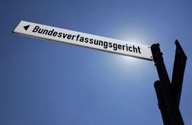 Wegweiser zum Bundesverfassungsgericht in Karlsruhe
