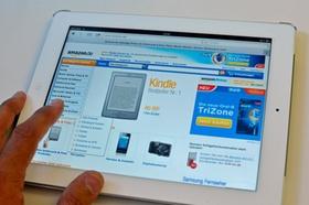 Weißes Tablet auf dem die amazon.de-Startseite sichtbar ist