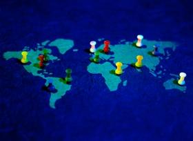 Weltkarte mit bunten Nadeln
