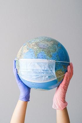Weltkugel mit Mundschutz
