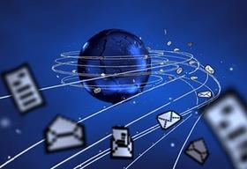 Weltkugel um die viele Briefumschläge fliegen