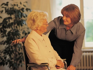 Pflege durch Angehörige wird geringer vergütet als Profi-Pflege