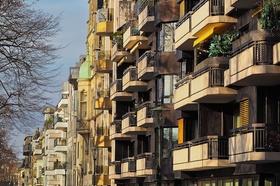 Wohnhäuser Mietshäuser Fassaden Balkone (Symbolbild)
