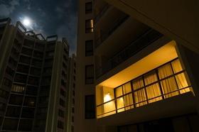 Wohnhäuser Nachts ein Apartment beleuchtet