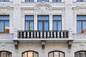 Wohnung mit Altbau-Fassade und Balkon