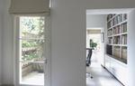 Wohnung mit Schreibtisch in Durchgangszimmer