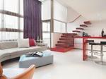 Wohnzimmer mit Sofa und Treppe