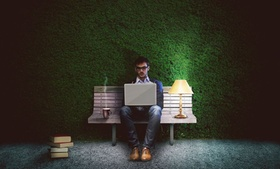 Workaholic Bank grüne Wand flexibles Büro