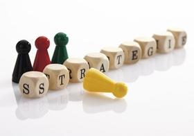 Wort Strategie aus Scrabble-Wuerfeln gebildet, Halmafiguren