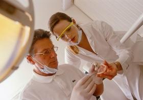Zahnarzt mit Zahnprothese