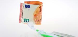 Zahnersatz im Ausland: Wann muss die Krankenkasse bezahlen?