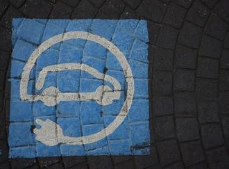 Zeichen für Elektroauto auf Pflaster